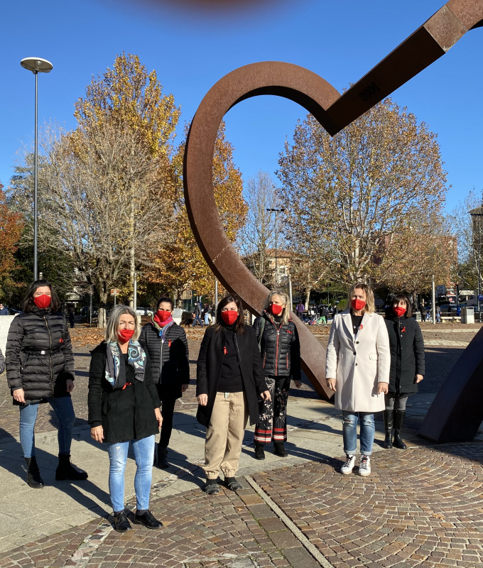 25 novembre 2020 donne in piedi vicino a porta del cuore